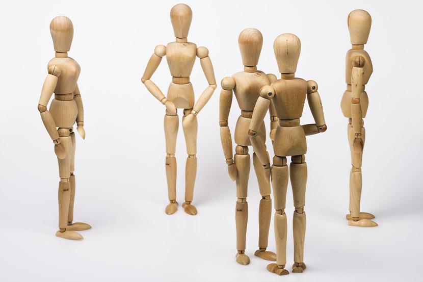 Anatomische Puppen, die eine Familienaufstellung symbolisieren.