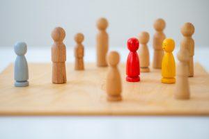 Schachbrettfiguren, die eine systemische Familienaufstellung symbolisieren. Familienaufstellung Wien, Graz, Linz