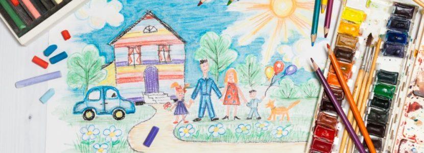 Kinderzeichnung von einer Familie mit zwei Kindern, einem Auto, einem Haus und einer strahlenden Sonne. Familienaufstellung Kosten Wien, Graz und Linz.