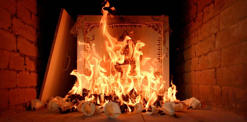 Heller Holzsarg, der im Inneren eines Kremationsofens verbrannt wird. Feuerbestattung Wien Kosten.