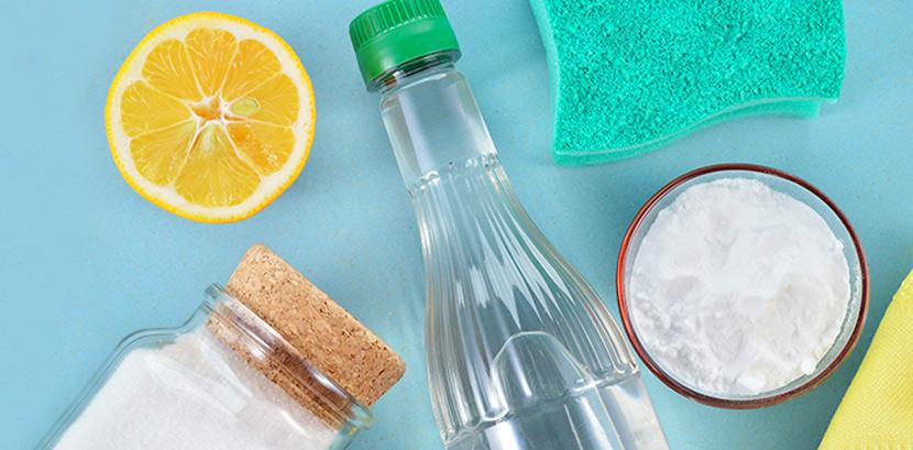 Hausmittel zum fugen Reinigen: Eine halbe Zitrone, eine Flasche Essig, ein Schwamm, ein Glas mit Zitronensäure und eine Schale mit Soda