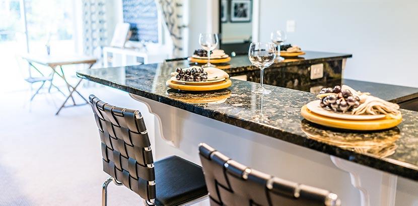 Eine Küche mit einer Arbeitsplatte aus Granit. Darauf stehen Weingläser.