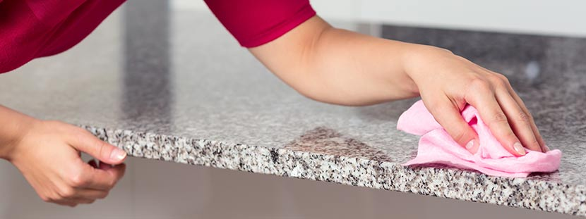 Granit Reinigen Eine Frau Reinigt Granitplatte Mit Einem Rosa Tuch