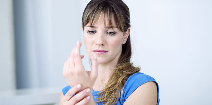 Junge Frau mit Schmerzen in der Hand. Karpaltunnelsyndrom Operation.