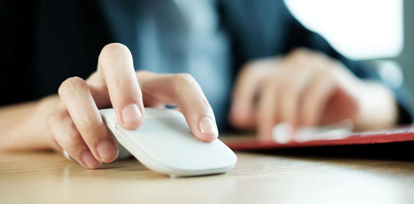 Weibliche Hand, die Computermaus benutzt. Karpaltunnelsyndrom Operation.