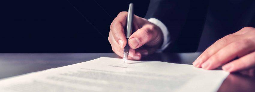 Arbeitnehmer unterzeichnet Konkurrenzklausel im Dienstvertrag