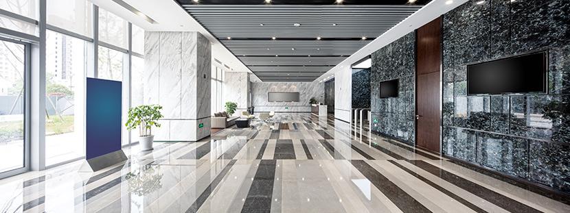 Ein Raum mit einem glänzenden Marmorboden und Marmorwänden.