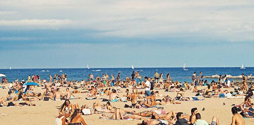 Sonnenallergie: Ein Strand im Sommer mit vielen Menschen.