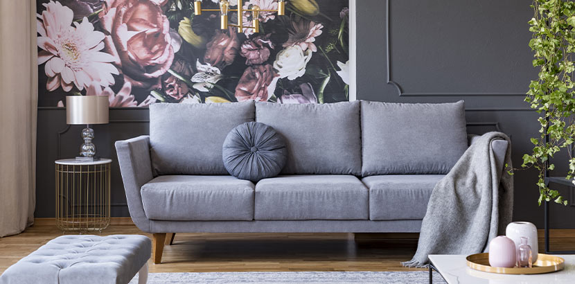 Bauen und Wohnen: moderne Tapeten mit floralem Muster an der Wand eines geschmackvoll eingerichteten Wohnzimmers
