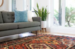 Ein Wohnzimmer mit einem Perserteppich.