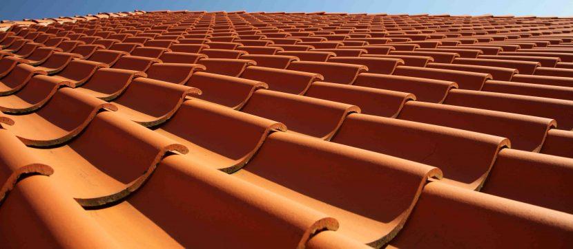rötlich orange Dachziegel aus Ton