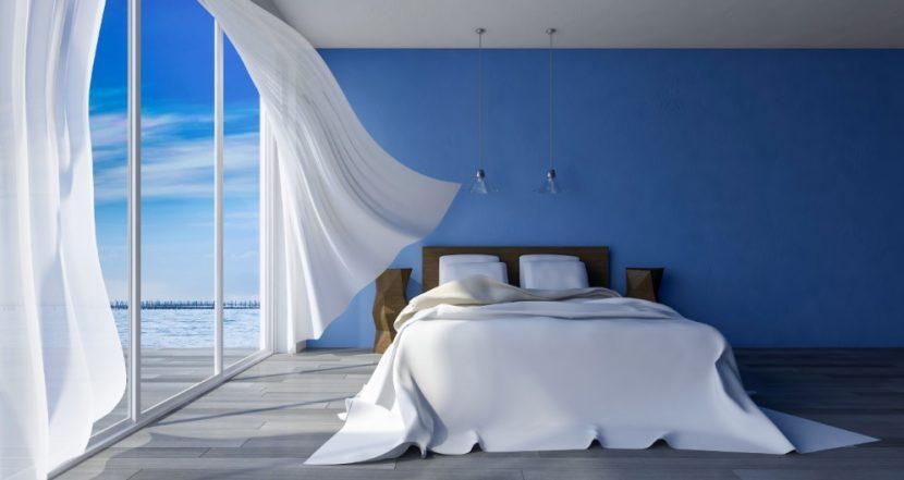 Bezogenes Wasserbett in einem Schlafzimmer mit zum Meer hin geöffneten Fenster. Wasserbetten Wien Preise.