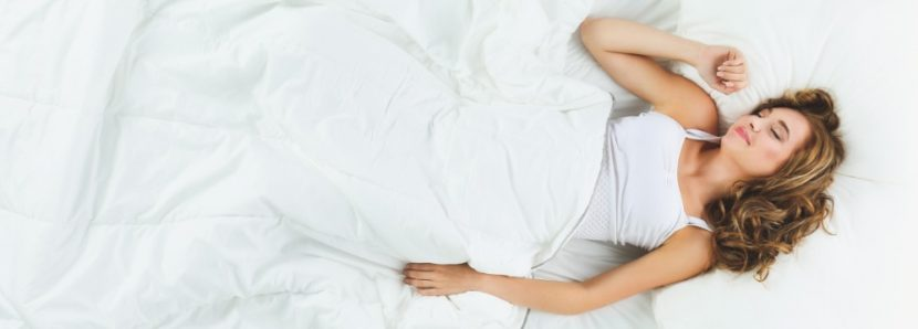 Junge Frau, die einen sehr erholsamen Schlaf in einem Wasserbett schläft. Wasserbetten Wien Preise.