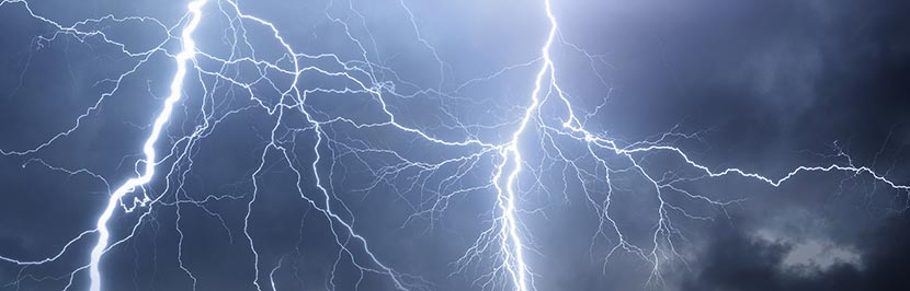 Blitze bei dunklem Himmel