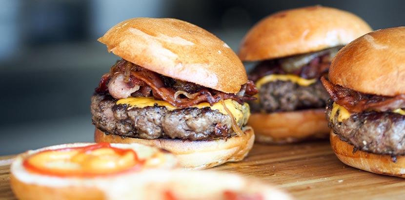 Burger Linz: Drei Burger mit Fleisch, Speck und Käse