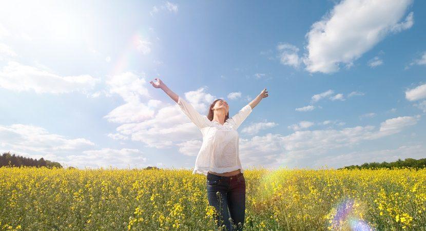 Frau im Feld mit gelben Blumen