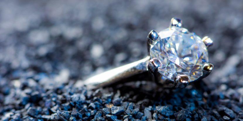 Diamantring, dessen Edelstein im Rahmen einer Diamantbestattung entstanden ist. Diamant aus Asche.