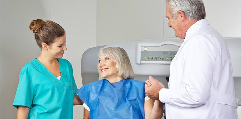 Ältere Patientin, die von ihrem Endokrinologen und seiner Arzthelferin betreut wird. Endokrinologe Wien.