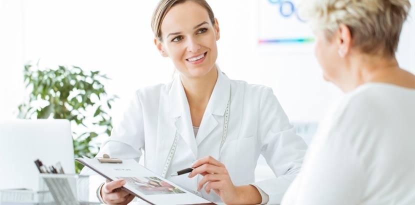 Ältere Patientin im Gespräch mit Endokrinologin. Endokrinologe Wien gesucht?