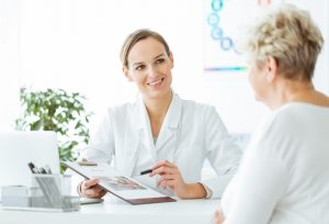 Ältere Patientin im Gespräch mit Endokrinologin. Endokronologe Wien gesucht?