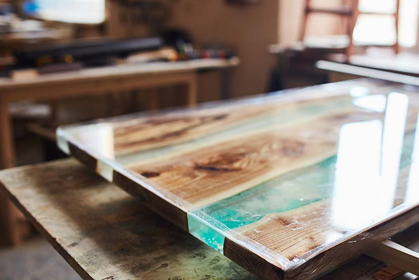 Epoxidharz Tisch: Tischplatte aus Epoxid Laminierharz und Holz.