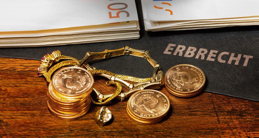 Stimmungsbild zur Thema Erbrecht mit Goldmünzen und Fünfzigeuroscheinen
