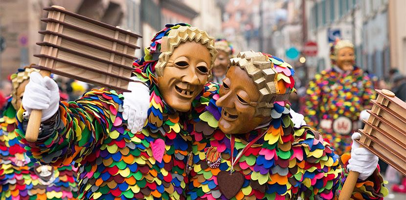 Männer mit Masken beim österreichischen Fastnachtsumzug 2020. Fasching 2020.