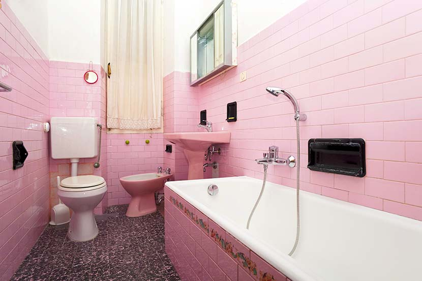 Fliesen streichen: Ein Badezimmer, in dem die Badfliesen rosa gestrichen wurden.