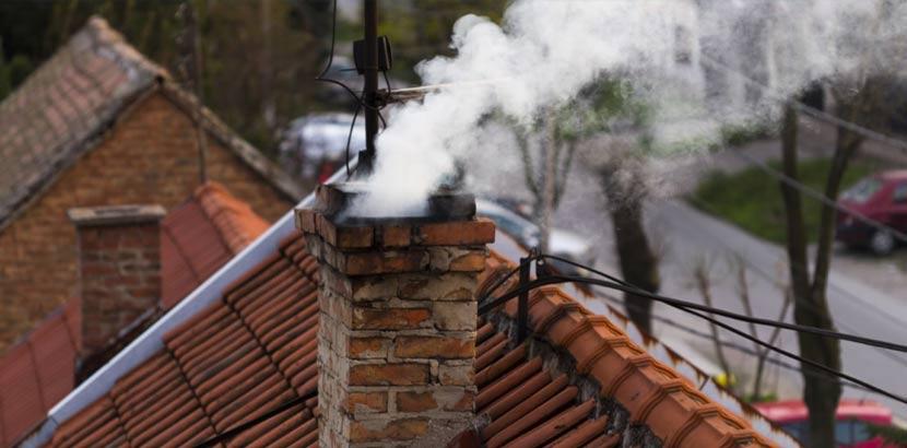 Rauchender Schornstein aus den 60er Jahren, der dringend eine Kaminsanierung beziehungsweise Rauchfangsanierung benötigt.