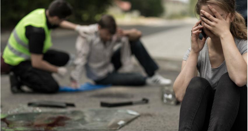 Frau telefoniert unter Tränen nach Verkehrsunfall