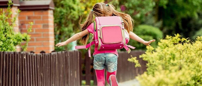 Mädchen mit rosa Schultasche