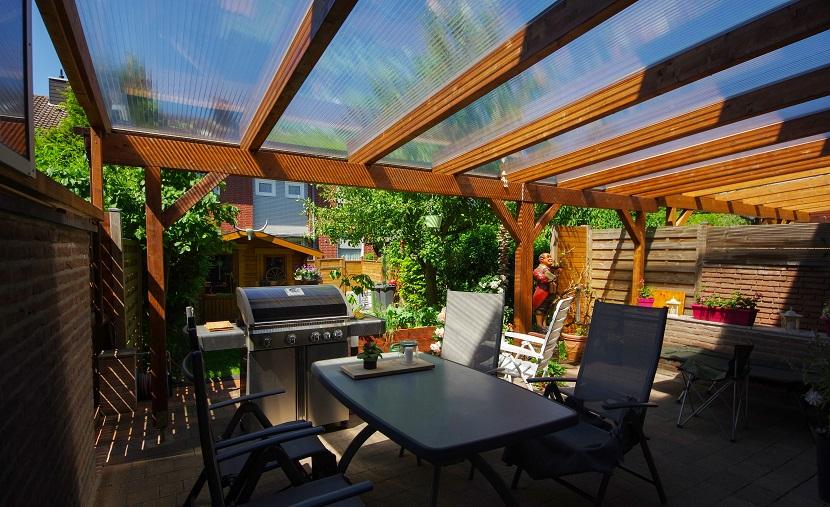 Terrassenüberdachung aus Holz und Kunststoff