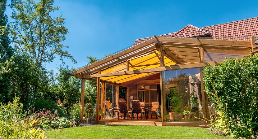 Terrassenüberdachung aus Holz mit Markisen