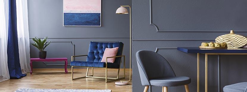 Wohnung streichen: Ein modernes Wohnzimmer mit Wänden in Blaugrau. Darin stehen Designer-Möbel.