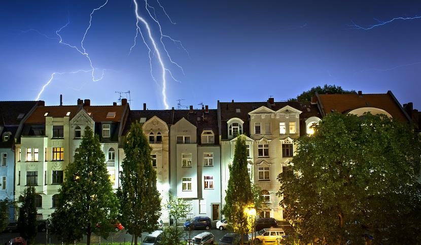 Blitz über Wohnhäusern