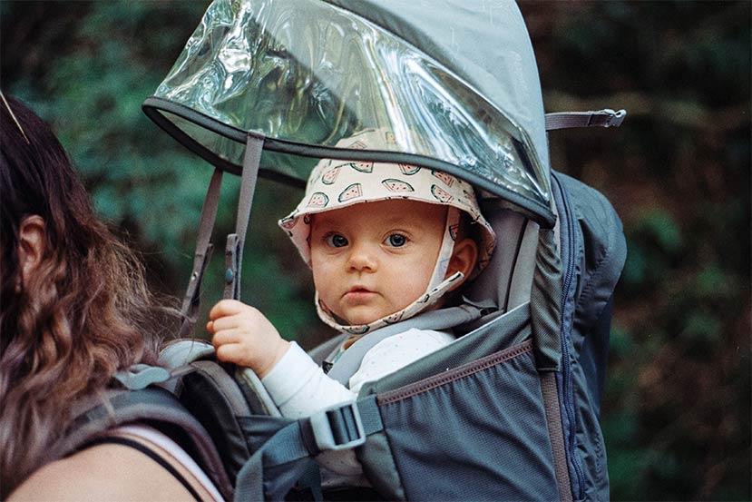 Babytrage mit Regenschutz