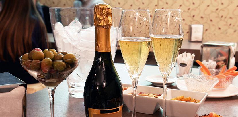 Brunch Gedeck mit zwei Gläsern Champagner und Oliven. Brunch Graz.
