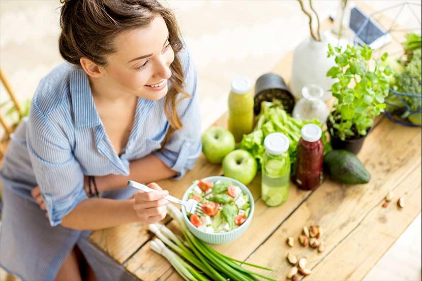 Darmsanierung - Frau mit frischem, grünen Gemüse