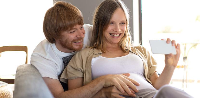 Junges Paar, das sich nach Fehlgeburt über eine neue Schwangerschaft freut.