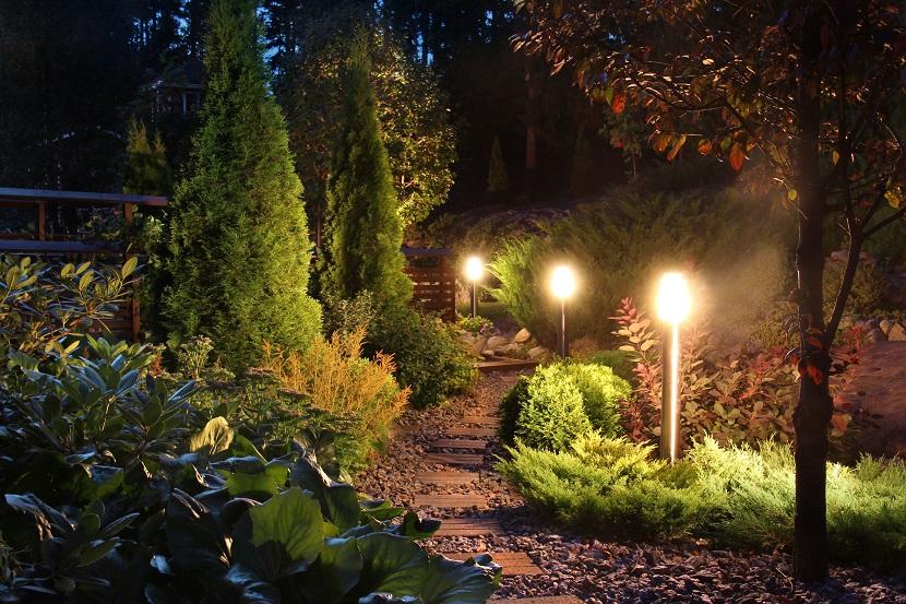 Gartenbeleuchtung am Weg mit kleinen Stehlampen