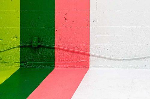 Latexfarbe: Eine Wand, die mit vier verschiedenen Farben gestrichen wurde.