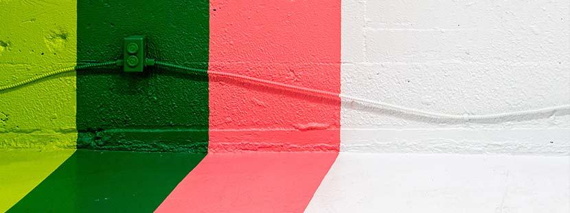 Latexfarbe: Eine Wand mit verschiedenfarbigen Farbstreifen