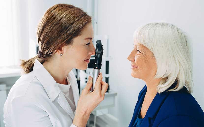 Augenärztin untersucht Frau