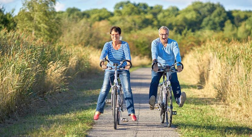 zwei Senioren fahren mit Rad