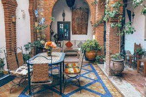 Terrassenplatten verlegen lassen: Eine schöne Terrasse in Rottönen.