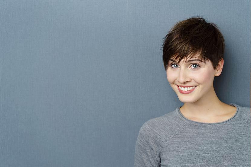 Junge Frau mit hübscher Pixie-Cut Frisur für wenig Haar.
