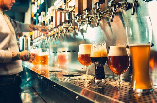 Barkeeper, der verschiedene Craft Beer Sorten zapft. Craft Bier Wien.