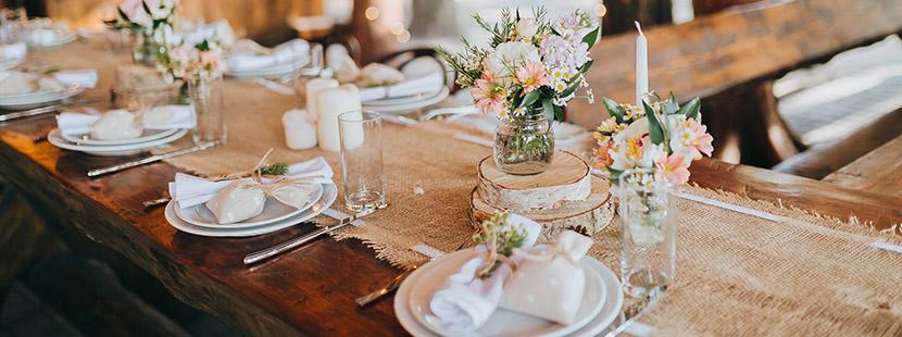 Hochzeitssprüche: Ein Hochzeitstisch mit Hochzeitsdeko.