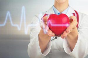 Gelbes Stethoskop, das aussieht wie eine Herzspannungskurve. Über dem Stethoskop ist ein rotes Herz zu sehen.