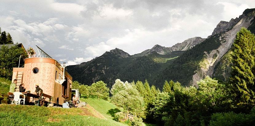 Ein mobiles Tiny House von Wohnwagon aus Österreich, umgeben von Natur.